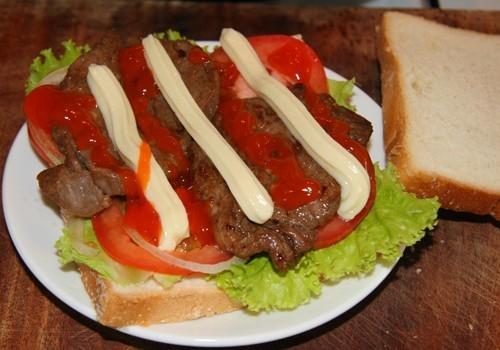 Bánh mì sandwich ăn kèm thịt bò và trứng ốp la