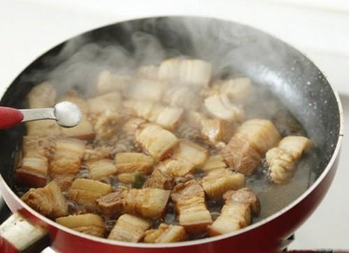 Bí kíp cho món thịt ba chỉ rim đẹp mắt