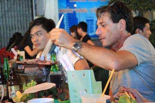 Bò nướng ngói thơm nức mũi ở chợ đêm Bến Thành