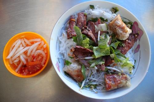 Bún thịt nướng ngon ở đường Bùi Đình Túy