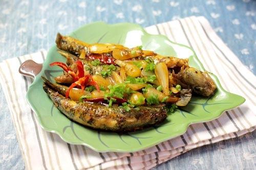 Cá bống kho củ kiệu và ớt khô