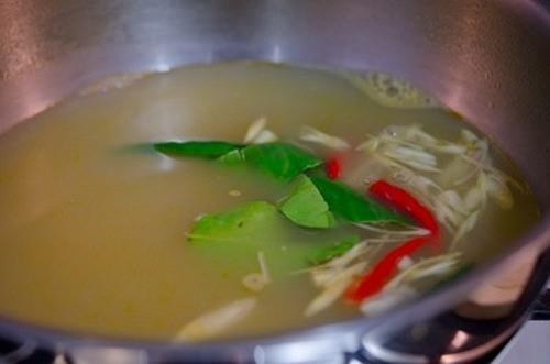 Cách nấu món canh Tom Yum Goong nóng hổi thơm phức
