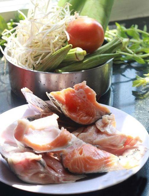 Canh chua đầu cá hồi ngon bổ rẻ cho cả nhà