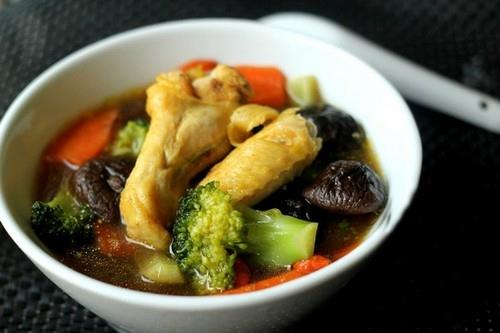Canh gà nấm hương ngọt thơm bổ dưỡng