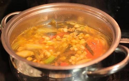 Canh hến nấu dưa cải chua