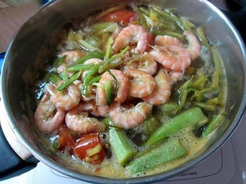 Canh tôm nấu chua ngon cơm chiều hè
