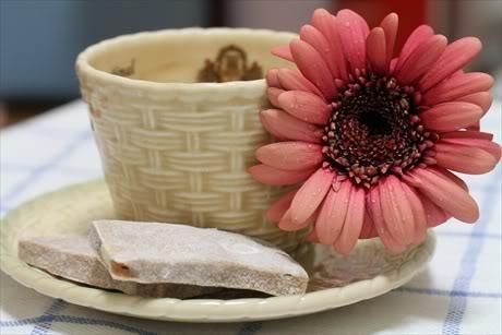 Chè lam nhâm nhi cùng chén trà nóng