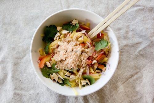 Chua giòn món salad xoài kiểu Thái