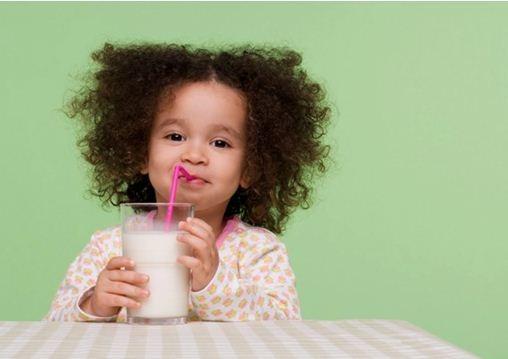 Có nên cho trẻ uống 3 ly sữa một ngày?