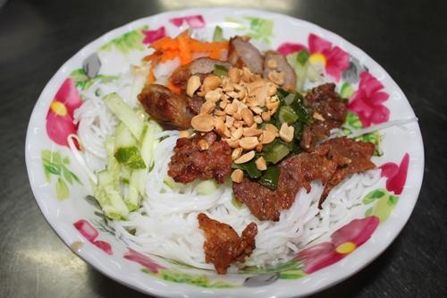 Cơm gà chiên, bún thịt nướng ngon trong chợ Thanh Đa