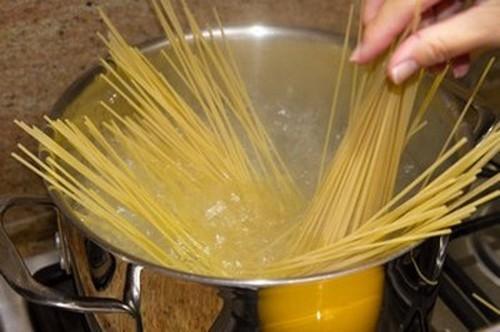 Cuối tuần đổi món với mỳ Ý xào xúc xích