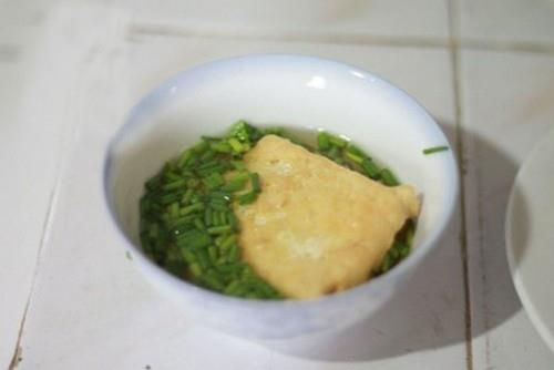 Đậu rán tẩm hành và rau cải xào cật heo cho bữa tối