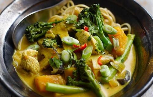 Đổi vị với món soup gà rau củ kiểu Thái