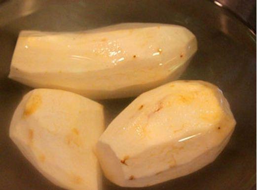 Đuôi bò hầm bạch quả và khoai sọ