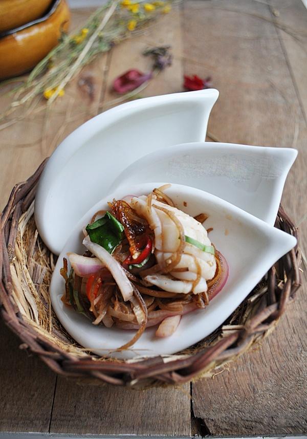Khai vị ngon với nộm hoa chuối trộn mực