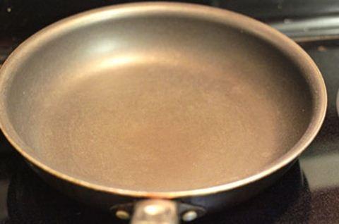 Làm bánh cuộn vừng giòn tan bằng chảo chống dính
