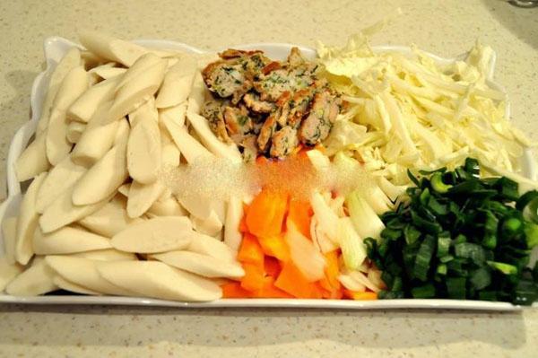 Làm Tteokbokki - món ăn vặt nổi tiếng Hàn Quốc