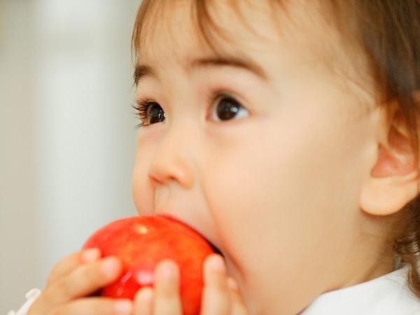 Mẹ cẩn thận khi cho con ăn trái cây