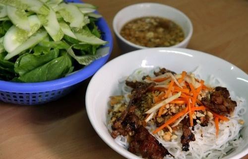 Một vòng các quán Huế bình dân hút khách ở Hà Nội