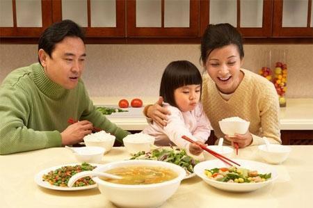 Mùa tết coi chừng trẻ bị ngộ độc thức ăn