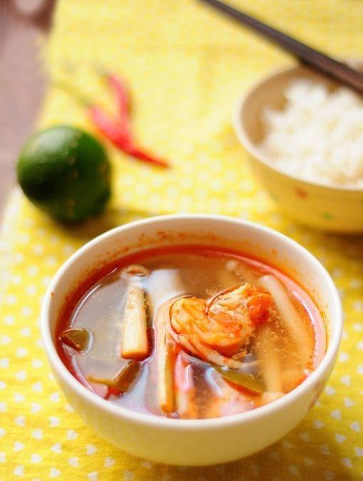 Nấu canh Tom Yum Goong đãi cả nhà