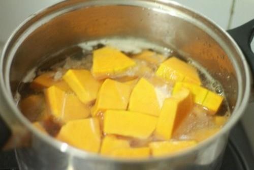 Ngọt thơm món canh bí đỏ nấu thịt bằm