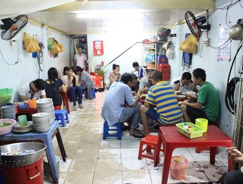 Quán cháo lòng bán suốt đêm ở Sài Gòn