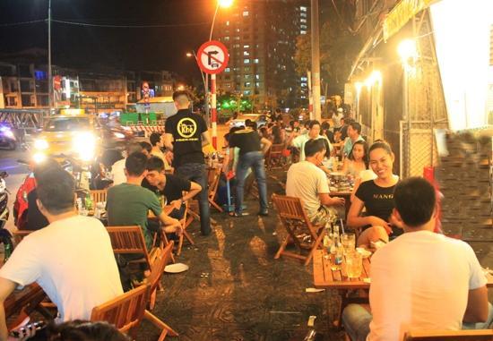 Quán nướng hút khách bên kênh Nhiêu Lộc