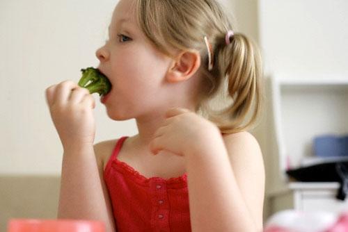 Tập cho bé ăn rau xanh và hoa quả