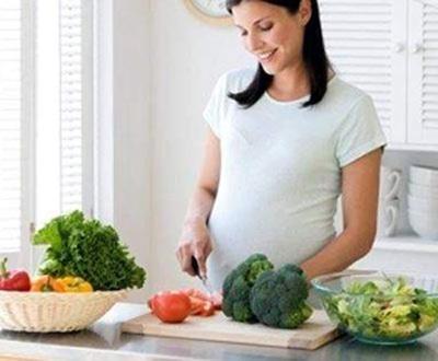 Tập cho con ăn rau từ trong bụng mẹ