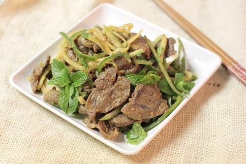 Thịt bò trộn dưa leo và hành tây