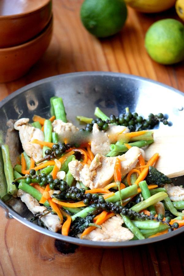Thơm ngon món gà xào kiểu Thái
