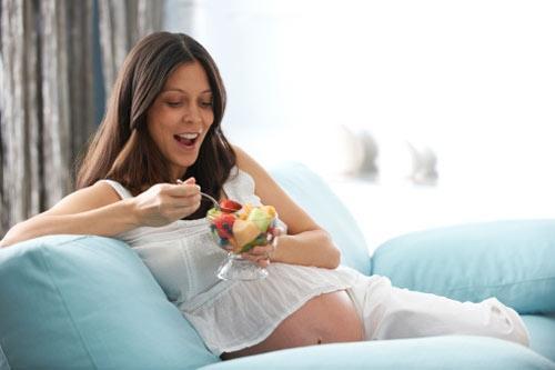 Uống nước dừa để mẹ bầu khỏe, con đẹp